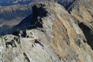 Ostrý vrcholový hřebínek Baníkova vybíhající směrem k Hrubé kopě. Pokud nemáte žádné zkušenosti s vysokohorským skalnatým terénem, raději se na něj nepouštějte.