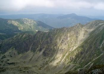 Skriniarky - skalnatý hřeben spojující Spálenou (úplně vpravo) se Salatínem