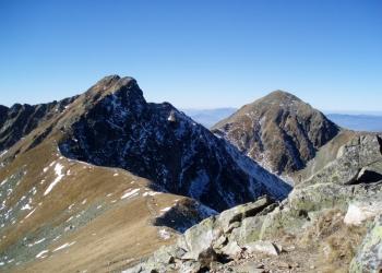 Baníkov (vlevo) a Pachoľa z úbočí Hrubé kopy.
