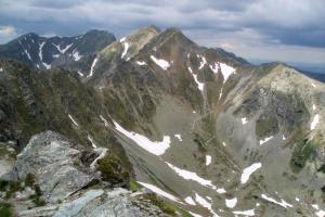 Smutná dolina s cestou vedoucí do Smutného sedla. Nad dolinou se tyčí Tri kopy, za nimi je Hrubá kopa a vlevo od ní Baníkov.