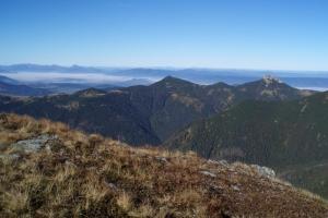 Sivý vrch (vpravo) a Ostrá (uprostřed), v pozadí vlevo Malá Fatra.