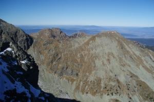 Spálená (vpravo) a její východní svah strmě spadající do Spálené doliny.