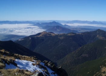 Výhled z Príslopu: Velká Fatra, Chočské vrchy a Malá Fatra.