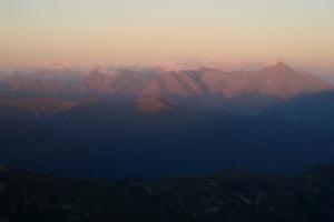 Vysoké Tatry ve světle zapadajícího slunce. Foceno z Bystrej.