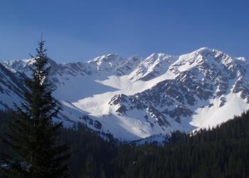 Tri kopy (uprostřed) z Roháčské doliny, vpravo Hrubá kopa.