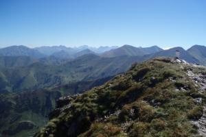 Zprava: Jakubiná, Hrubý vrch, Bystrá, Klin. V pozadí Vysoké Tatry.