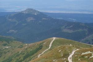 Rákoň (dole), Osobitá, za ní Oravská přehrada a zcela na pozadí Babia hora.